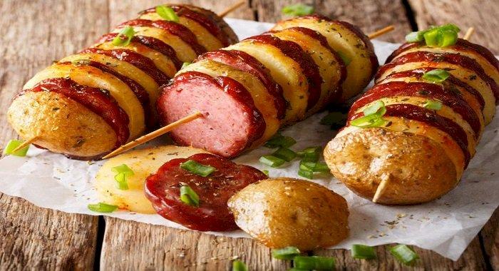 Frigărui cu cartofi noi şi salam