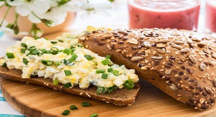 Tartine cu salată de ouă şi ceapă verde