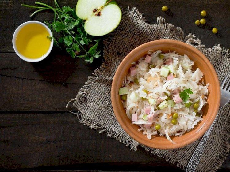 Salată de varză murată cu şuncă şi măr