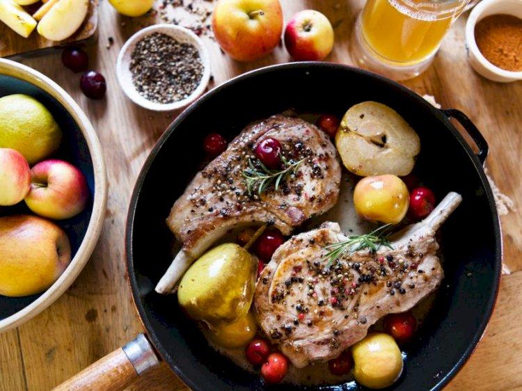Cotlet de porc cu fructe în tigaie